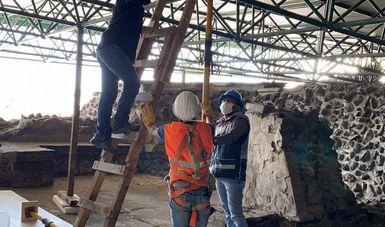 Especialistas trabajan en la protección de los vestigios de la Casa de las Águilas ante remoción de techumbre