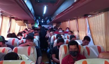 GN e INM auxilian en carretera de Coahuila a 146 personas migrantes; 50 de ellas menores de edad