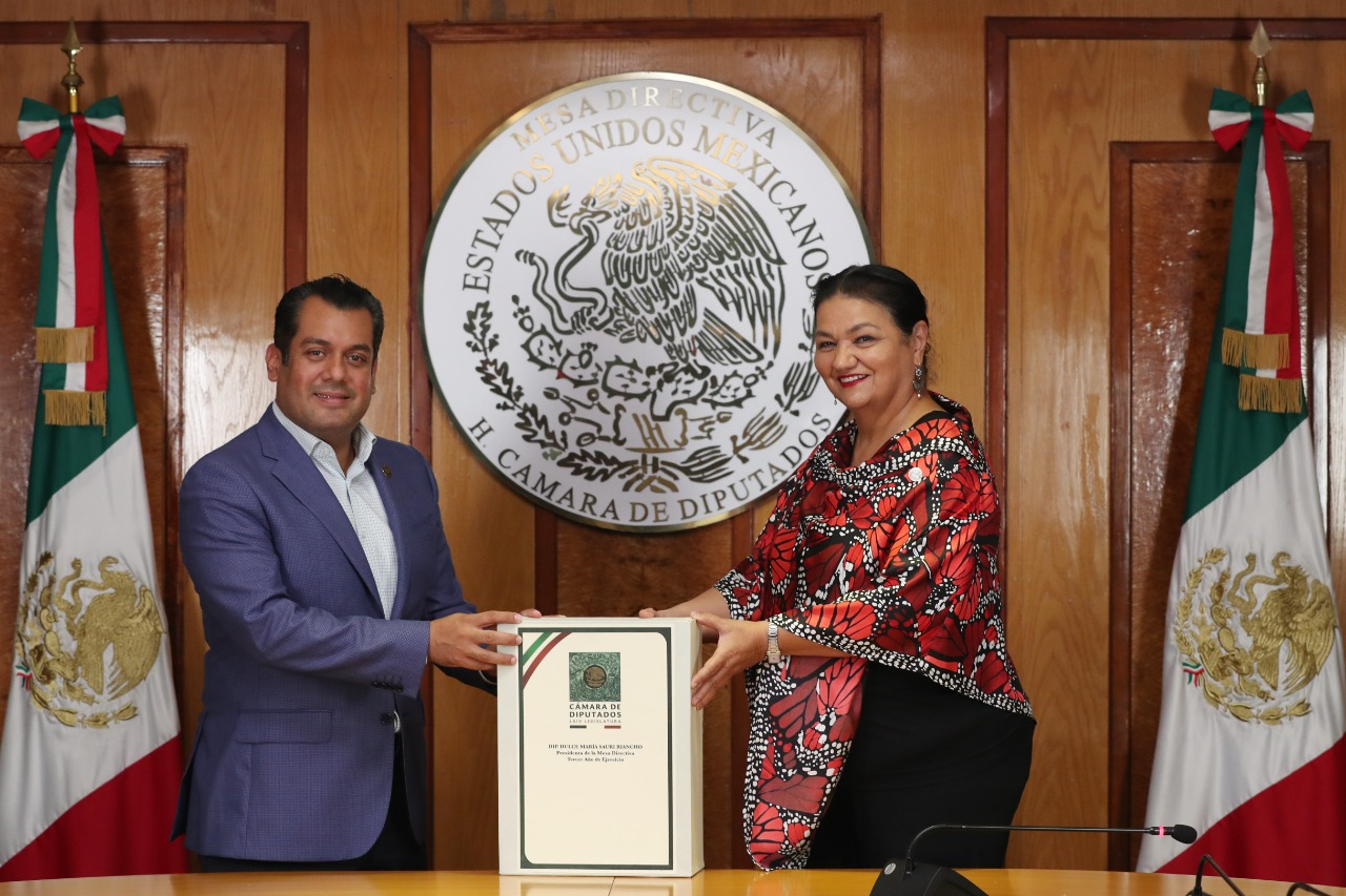 El diputado Sergio Gutiérrez Luna recibe la Mesa Directiva por parte de la diputada Dulce María Sauri Riancho