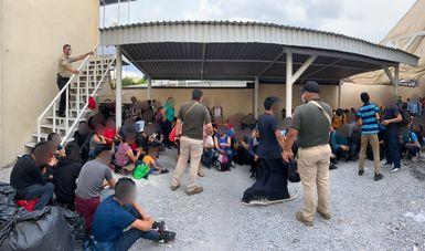 Rescatan agentes federales del INM a 327 personas extranjeras hacinados en casa de seguridad en Cadereyta