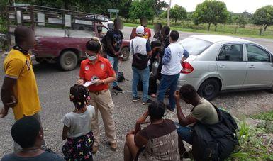 Auxilia Grupo Beta del INM a personas haitianas para continuar trámites de asilo y refugio en Tapachula