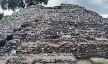 El INAH descubre escalinata original y ofrenda con dos figurillas masculinas en la Zona Arqueológica de Xochitécatl, en Tlaxcala