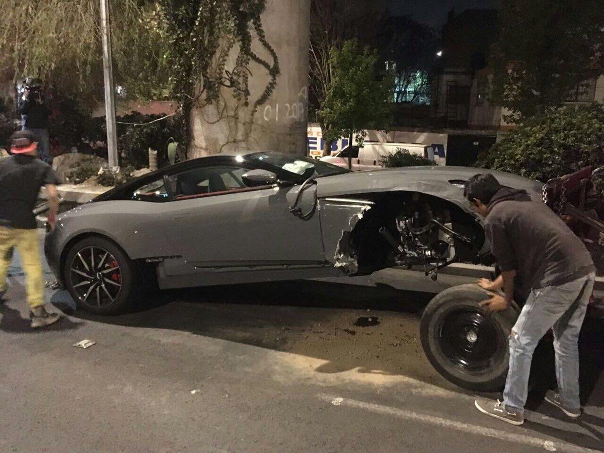 Aston Martin chocado en el Viaducto, pertenecería a edil de Pilcaya