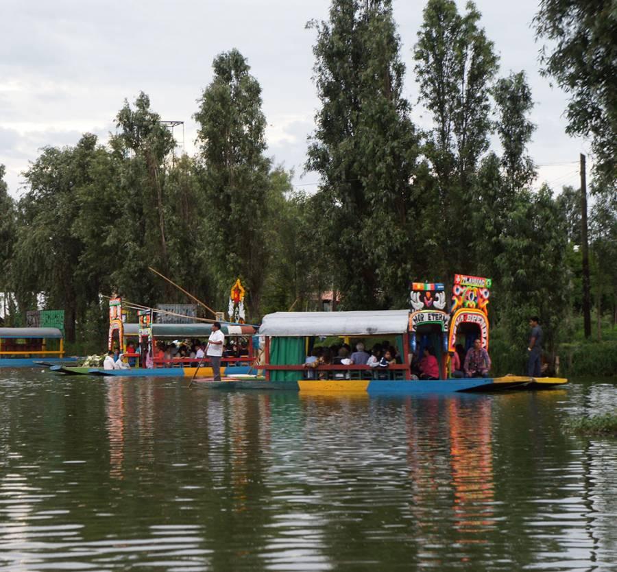 Trajineras tlahuaquenses ofrecen paseos eco turísticos en zona chinampera del Lago de los Reyes