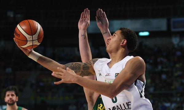 La selección nacional de basquetbol vence 66-58 a Brasil