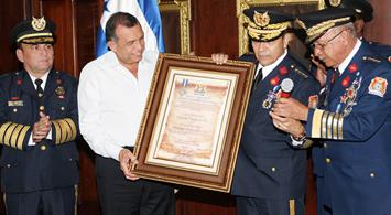 Presidente Pepe Lobo recibe reconocimiento por parte del Cuerpo de Bomberos de Honduras