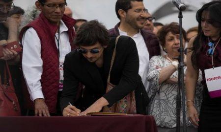 Vocalista de Zoé firma el acuerdo de AMLO